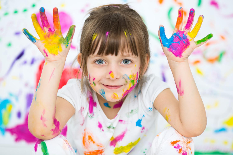 Fingerfarbe-Kind