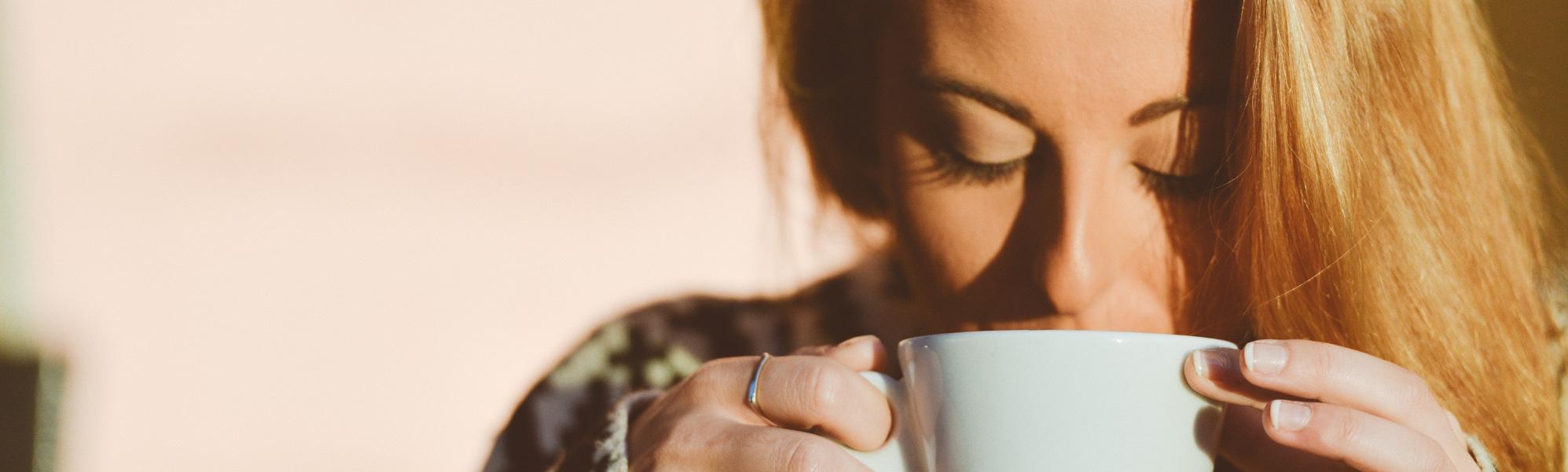 Frau trink aus einer Tasse