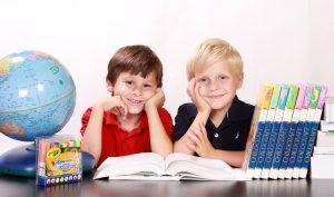 Zwei Jungs bei der Hausaufgabenhilfe der Neckarstadt-Ost
